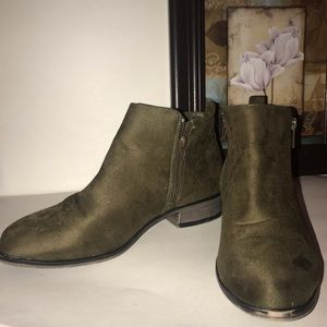 Rouge helium Olive green ankle boots